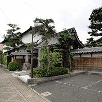 お寺の外観...地下鉄本山駅から猫洞通を行ったところにあります。