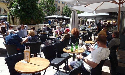 Toulon place Puget: Une terrasse face à la fontaine.
