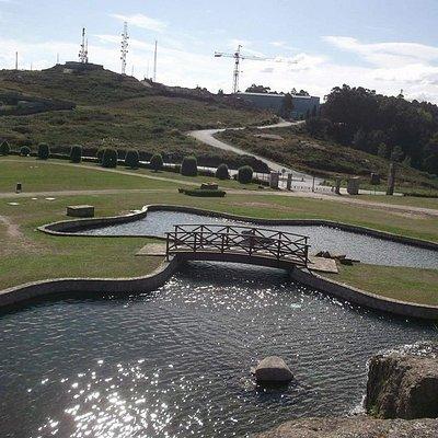 Vista desde lo alto de la cascada del Parque, con el lago a los pies
