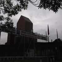 Gegenüber der Stadtmauer, hier werden die Hafenrundfahrten angeboten.