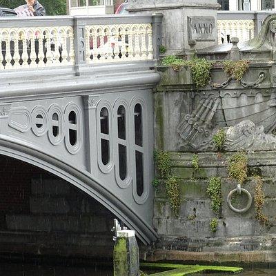 De Blauwbrug over de Amstel tussen Amstelstraat en Waterloo-plein