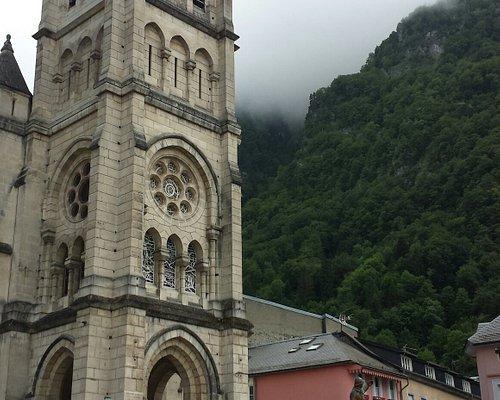 Il faut monter pour pouvoir entrer dans cette belle église où les orgues dominent .Une crèche en