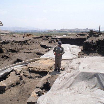 El guía del complejo arqueológico explicando sobre el trabajo que realizan los arqueologos