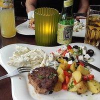 Meksikansk bøf med tre salater og øko saft
