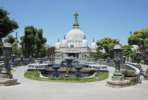 名古山霊苑仏舎利塔前景