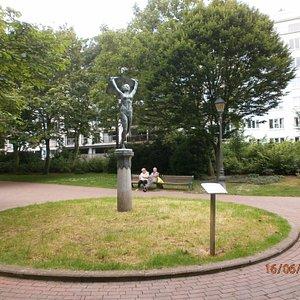 a l'entrée du parc la statue du Vent