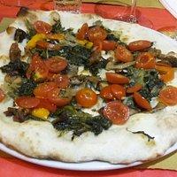 Pizza  ortolana  e pomodori