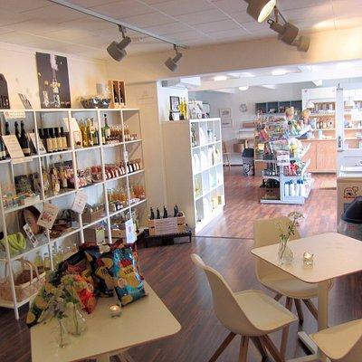 Flot butik i Troense med dagligvarer, specialvarer, gaveartikler og med hyggelig cafe-hjørne