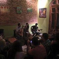 Noche de música en el bar.