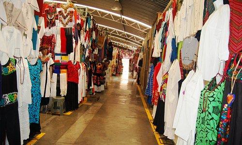 Venta de tejidos y textiles en Mercado de Artesanías de Oaxaca