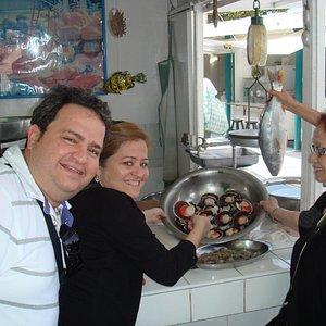 degustando Vieiras recien llegadas a Mercado San Isidro de Lima, Peru