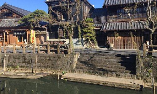 水郷の町、香取に。街全体がきちんと保存されていて、懐かしい空気が漂っていました。町からバスで香取神宮へ。かなり大きな神社で、さすがに流れる空気が静謐な感じでした。町と神社を両方楽しむのがおすす