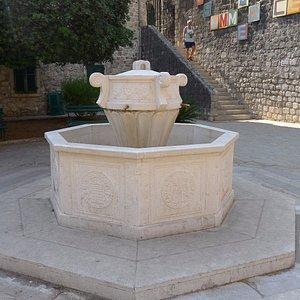 Неработающий фонтан на площади Двери