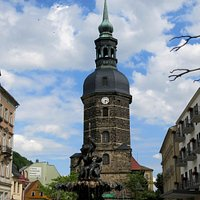 St. Johanniskirche davor der Sendigbrunnen