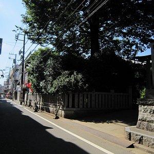 10神社前通り、突き当たりは小田急線高架橋