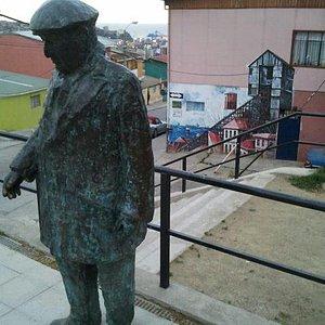 Imagen de Neruda y al fondo una casa muy porteña (no la pintada)