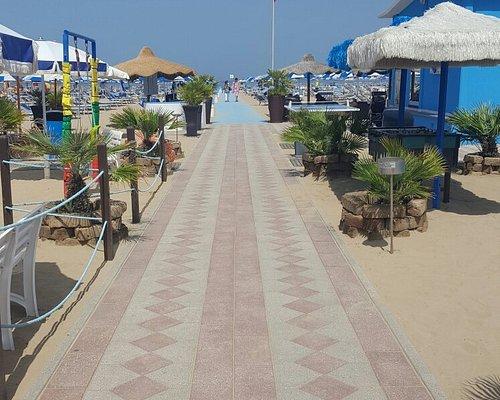 Spiaggia molto curata e ha un'ottimo spazio di gioco per i bambini poi ha anche il bar molto vic