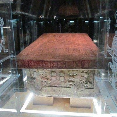 A réplica da câmara funerária do templo das inscrições com o sarcófago de Pakal.