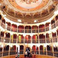 interno del teatro visto dal palcoscenico, da notare i balconcini a ringhiera