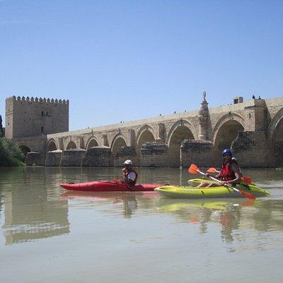 Juanto al Puente Romano con la Calahorra al fondo.