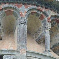 Archetti e colonnine con capitelli medioevali