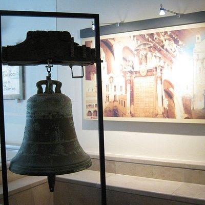 Campana all'ingresso del museo
