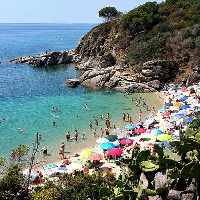 la piccola porzione di spiaggia libera vicino agli scogli, a destra