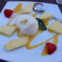 Eissorbet mit frischen Früchten