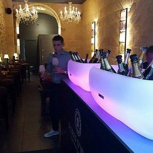 Varias opcoes de champanhes: taças ou garrafas inteiras