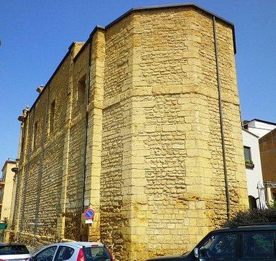 La possente struttura esterna della Chiesa.