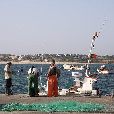 Pescadores preparando las redes