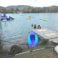 lac attractif ,jeux pour enfants , pétanque pour les grands , snack pour tous et baignade ou sie