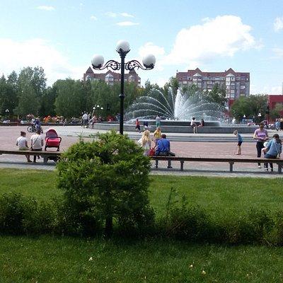 Ухоженная территория вокруг фонтана