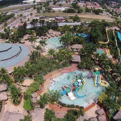 Zizima Eco Water Park. Contamos con distintas piscinas, juegos, atracciones y hasta un food cour