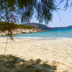 Very clean sandy beach, shallow and great for swimming - few trees for shade. Car park and taver