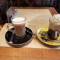 Cappucino met slagroom en een koffie verkeerd