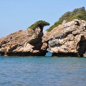 Znajdujące się na południu plaży charakterystyczne skałki.