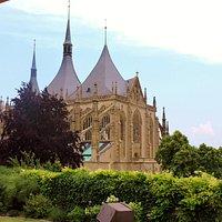 Blick vom Balkon des ebenerdigen Zimmers in den Garten und auf die Kathedrale