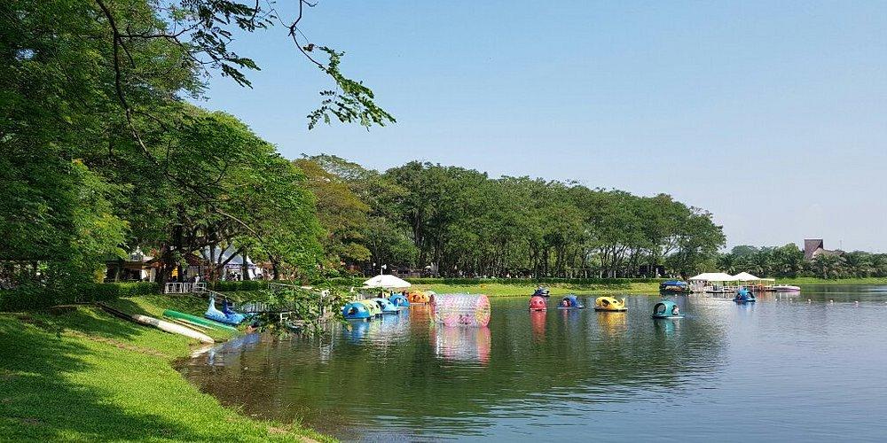 Area sekitaran tepi danau Mekarsari