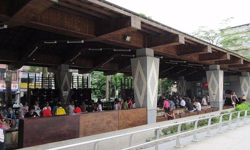 來新北投復興公園,有一處具當地特色的溫泉泡腳池,吸引許多遊客前來,來自四面八方的遊客坐在一起,天南地北話匣子一開,好不熱鬧!