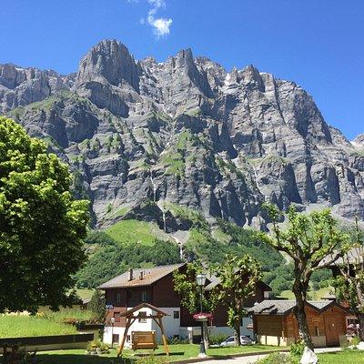 Leukerbad umgeben von schöner Bergkulisse
