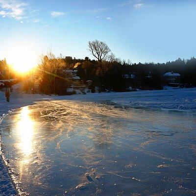 Sur la patinoire du Lac Rond au lever du soleil un matin de janvier 2016