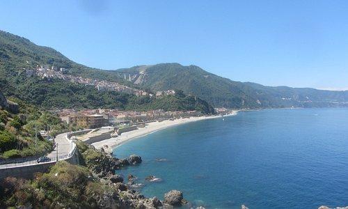 Bagnara Calabra - Stranden. Udsigten fra den gamle tårn ind over byen og stranden.