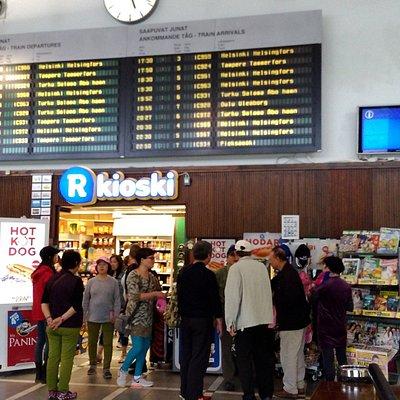 火車站內的書店 上方為時刻表