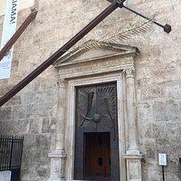 Particolare del portale della Chiesa e della Navata