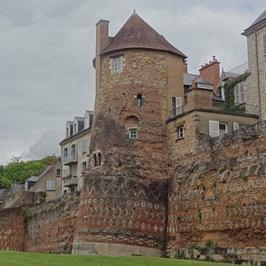 Tour Madeleine, et sur la gauche Tour des Pans de Gorron