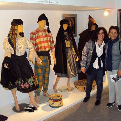 Uma foto de trajes típicos, com a funcionária Manuela,