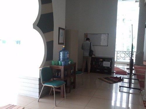 Fasilitas air minum dispenser di ruang depan Masjid Jensud