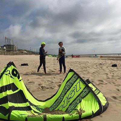 Het optuigen en het veiligheidssysteem van een kite.