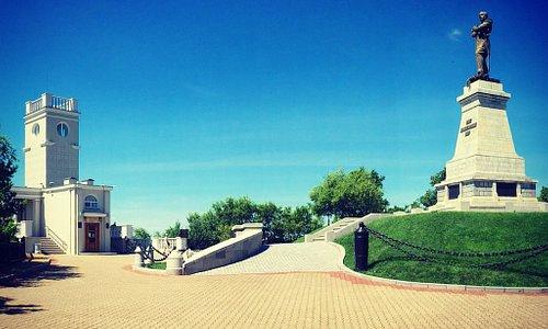Утес и памятник Муравьеву Амурскому